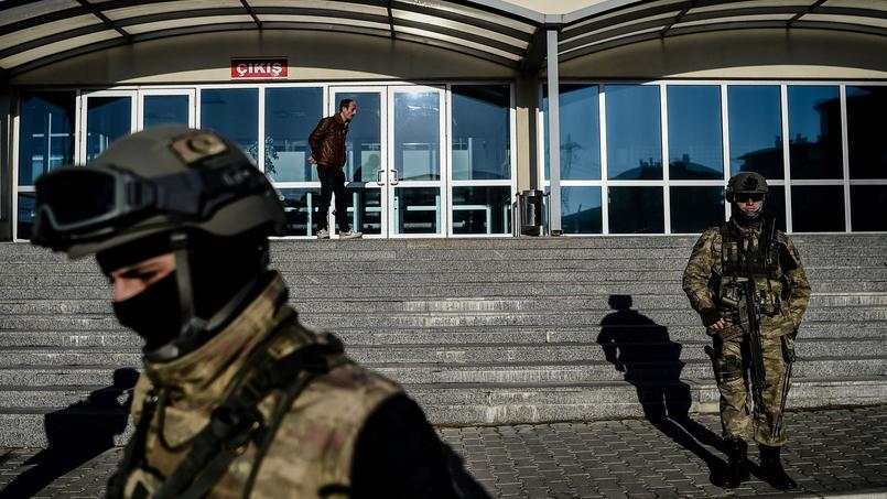 La plus grande salle d'audience de Turquie, en face de la prison de Silivri, placée sous haute surveillance ce mardi, au début du procès.