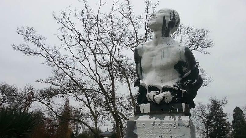 Une statue commémorant l'esclavage recouverte de peinture blanche — Pau