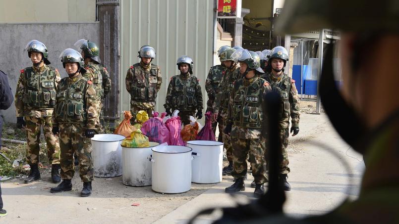 Des policiers d'élite chinois après la saisie de 3 tonnes de métamphétamine en 2013 à Boshe.