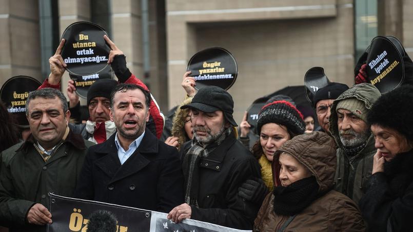 Plusieurs dizaines de personnes se sont rassemblées devant le palais de justice pour soutenir les prévenus.