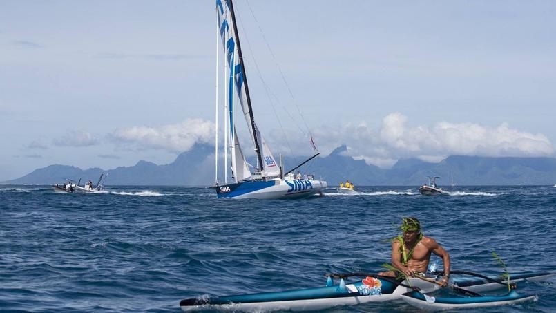 Paul Milhat accueilli par une dizaine d'embarcations à Papeete mardi.