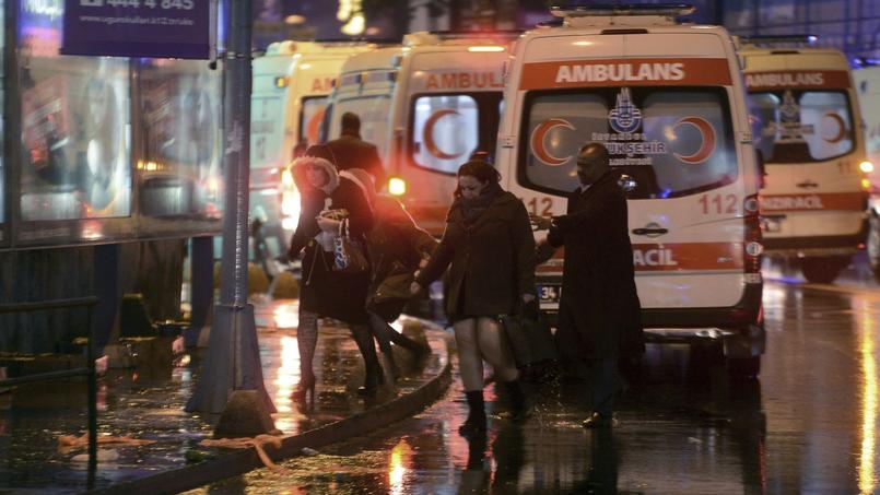 Depuis le milieu de la nuit les médecins et forces de polices sont mobilisés après l'attentat contre une discothèque à Istanbul.