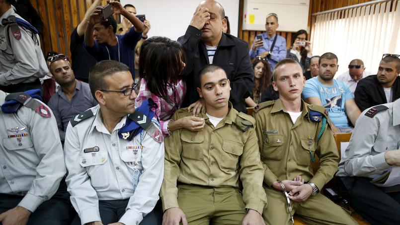 Le soldat franco-israélien Elor Azria entouré de ses proches, mercredi, au tribunal militaire, à Tel Aviv.