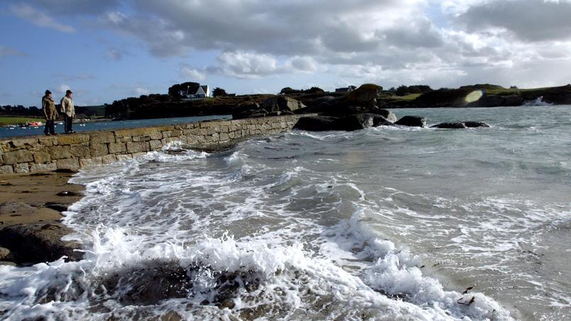 Deux coques de la compagnie danoise Maersk, destinées à la déconstruction, ont fait naufrage au large du Finistère.