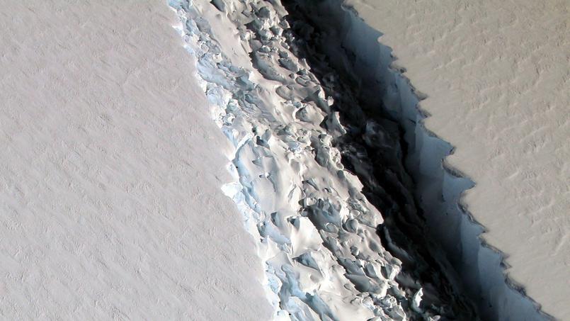 Photo aérienne de la fracture du glacier Larsen C, prise lors d'une mission de la Nasa le 10 novembre 2016.