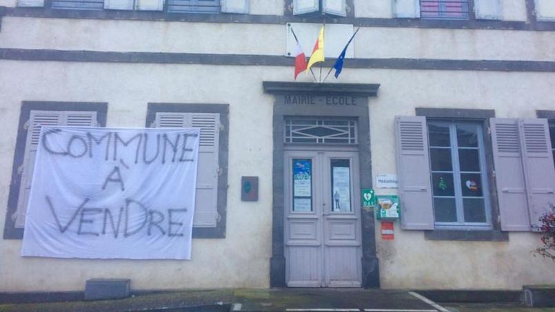 Philippe Marc-Chandeze, maire du village d'Olloix, a symboliquement accroché une banderole sur la façade de la mairie pour alerter l'opinion publique.