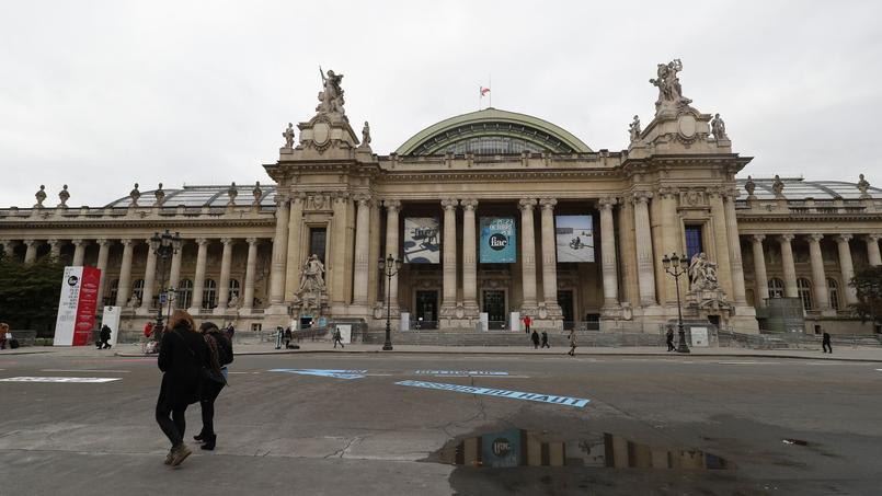 Sur la rue piétonne éphémère entre Grand Palais et Petit Palais, les artistes phares de l'histoire que sont le Français Jacques Villéglé et l'Américain Lawrence Wiener ont œuvré à même le bitume. Un des temps forts de la dernière FIAC en octobre 2016