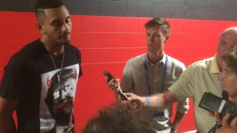 Nick Kyrgios devant les journalistes avec son t-shirt anti-Trump.