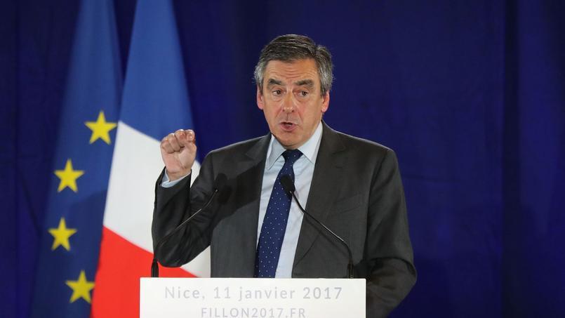 François Fillon salue les gendarmes d'un poste de la frontière franco-italienne, le 11 janvier à Menton.