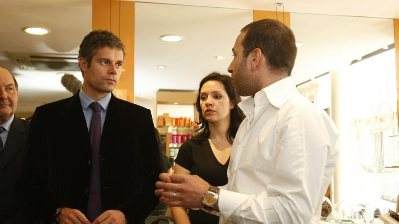 Laurent Wauquiez (à gauche), alors secrétaire d'État à l'Emploi du gouvernement de François Fillon, en mai 2009 dans un salon de coiffure Camille Albane à Paris pour faire la promotion du dispositif «zéro charges» dans les entreprises.