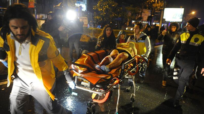 Une femme blessée durant l'attaque est transportée à l'hôpital, dans la nuit du 31 décembre au 1er janvier dernier.