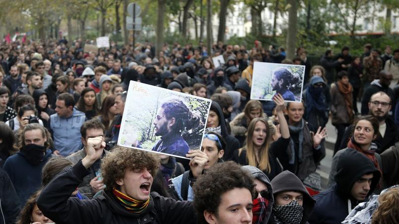 Des manifestants brandissent des photos de Rémi Fraisse, lors d'un défilé contre les violences policières en novembre 2014, à Paris.