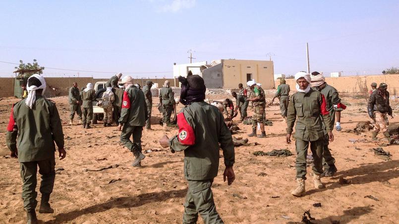 Des membres de l'armée malienne juste à côté du lieu où s'est produit l'explosion mercredi 18 janvier.