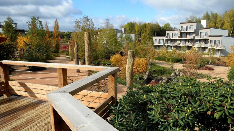 Center Parcs est aussi engagé dans le développement durable, comme en témoigne son projet de centre écotouristique «Villages Nature», qui doit ouvrir à l'été2017 à quelques kilomètres de Disneyland Paris.