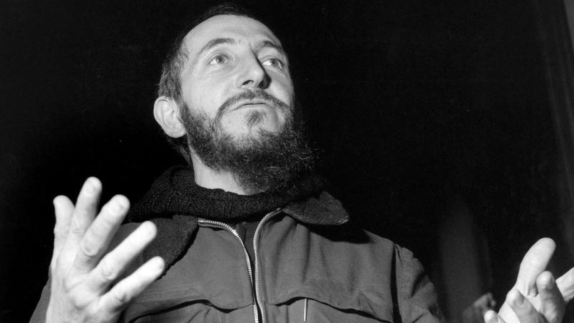 L'abbé Pierre, l'infatigable fondateur d'Emmaüs, mobilise les Français et le gouvernement pour les sans-logis pendant l'hiver 1954.
