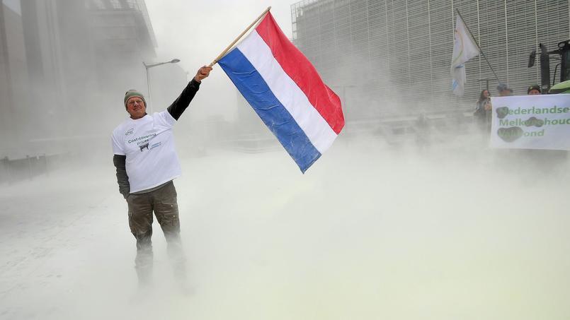 Les producteurs ont recouvert le parvis du bâtiment du Conseil européen avec du lait en poudre