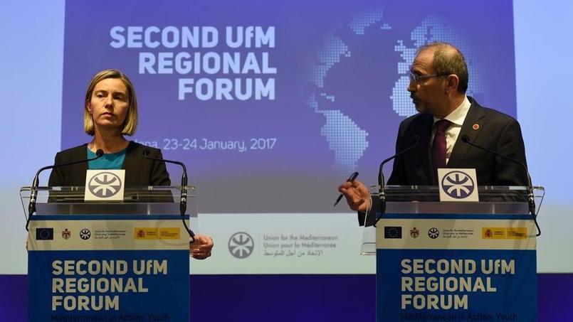 La cheffe de la diplomatie européenne, Federica Mogherini et le ministre jordanien des Affaires étrangères, Ayman Al Safadi, lundi, au deuxième forum régional de l'UPM, à Barcelone.