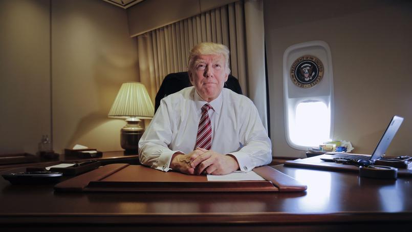 Donald Trump à son bureau dans l'avion présidentiel Air Force One, ce jeudi 26 janvier 2017.