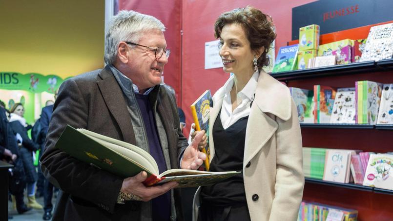 Audrey Azoulay avec Jacques Glénat lors de sa visite au monde des bulles le 26 janvier à Angoulême.