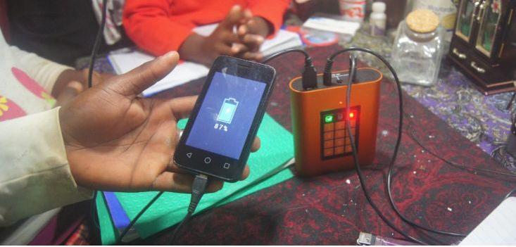 La batterie, qui se charge en 5 heures àl'aide d'un mini-panneau solaire, a une autonomie de 7 à 21 heures selon son utilisation.