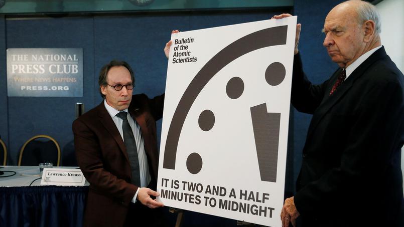 Les scientifiques Lauren Krauss et Thomas Pickering présentent la nouvelle image correspondant à l'horloge apocalyptique lors d'une conférence de presse, jeudi.