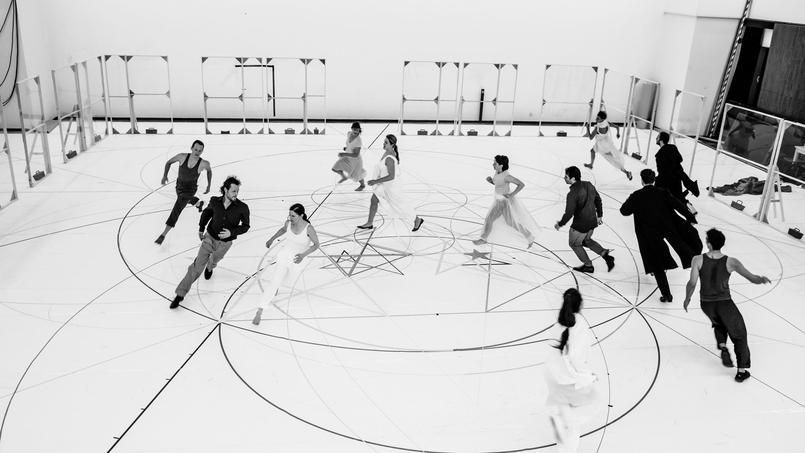 Répétitions de Cosi mis en scène parlachorégraphe Anne Teresa DeKeersmaeker avec six chanteurs etsix danseurs.