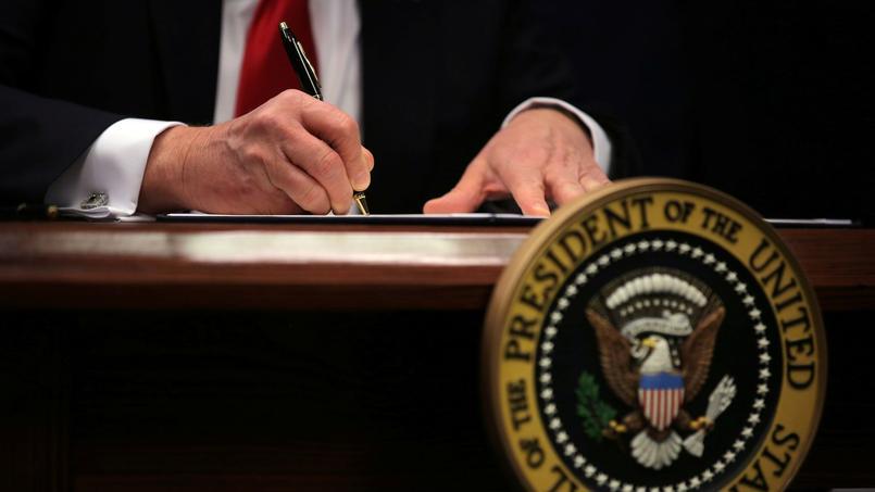 Donald Trump signe le décret interdisant l'entrée aux États-Unis aux réfugiés et ressortissants de sept pays musulmans.
