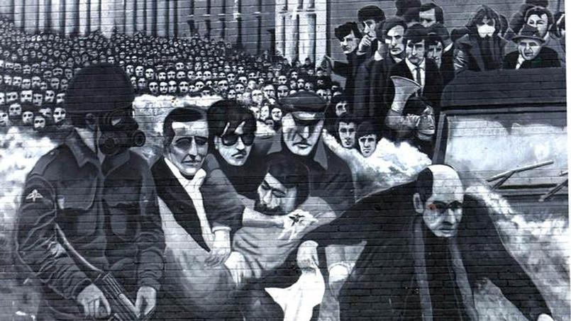 Une partie de la fresque murale figurant le Bloody Sunday du 30 janvier 1972: un groupe d'hommes portant le corps de la victime Jackie Duddy dans le quartier du Bogside à Londonderry, en Irlande du Nord.