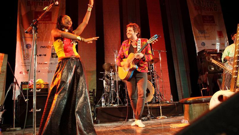 Matthieu Chedid s'est rendu en avant-première au Mali pour présenter son nouvel album «Lamomali». Ici sur la scène de l'Institut français du Mali avec Fatoumata Diawara le 26 janvier 2017.