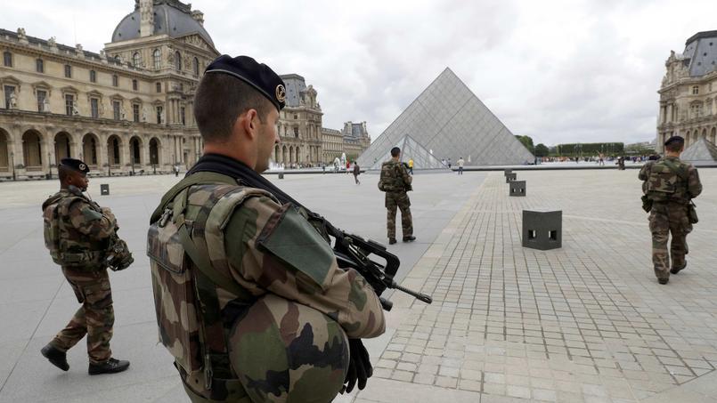 Depuis janvier 2015, entre 7000 et 1000 soldats sont mobilisés en permanence sur le sol français. Leur présence est notamment visible sur les lieux touristiques sensibles.