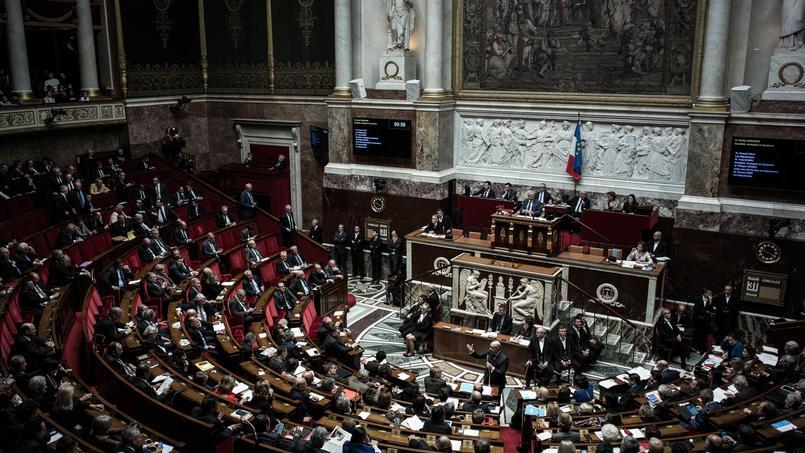 42 ans, 113h de travail et 3000 euros par mois: le profil type de l'assistant parlementaire