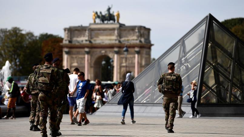 Des militaires de Sentinelle patrouillant devant le Louvre en septembre 2016.