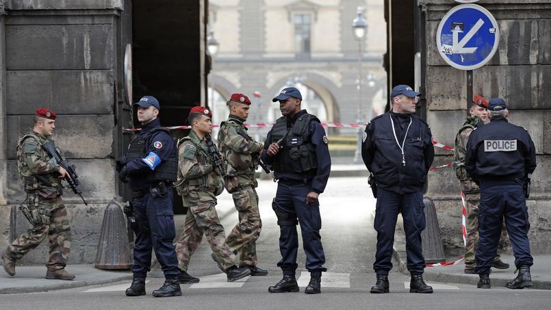 Les règles encadrant l'usage des armes à feu ne sont pas les mêmes pour les policiers que pour les gendarmes et militaires. Un projet de loi vise à uniformiser les conditions permettant d'ouvrir le feu.