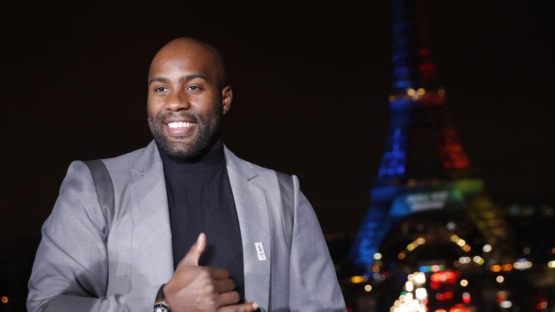 Teddu Riner pose devant la Tour Eiffel où a été dévoilé le slogan de la candidature parisienne .
