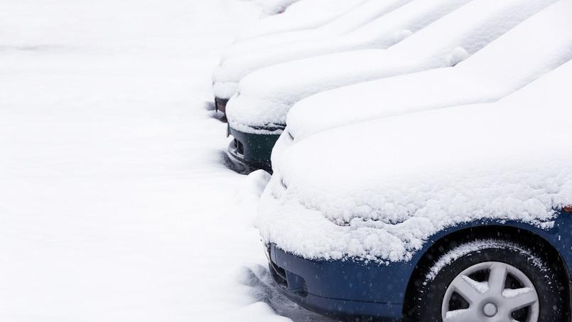 Lorsqu'un amas de neige tombe en masse sur une voiture, les dégâts peuvent être importants.