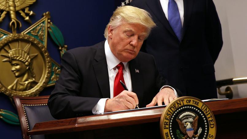 Le président Trump signe le décret présidentiel interdisant l'entrée sur le territoire de ressortissants de sept pays, le 29 janvier dernier.