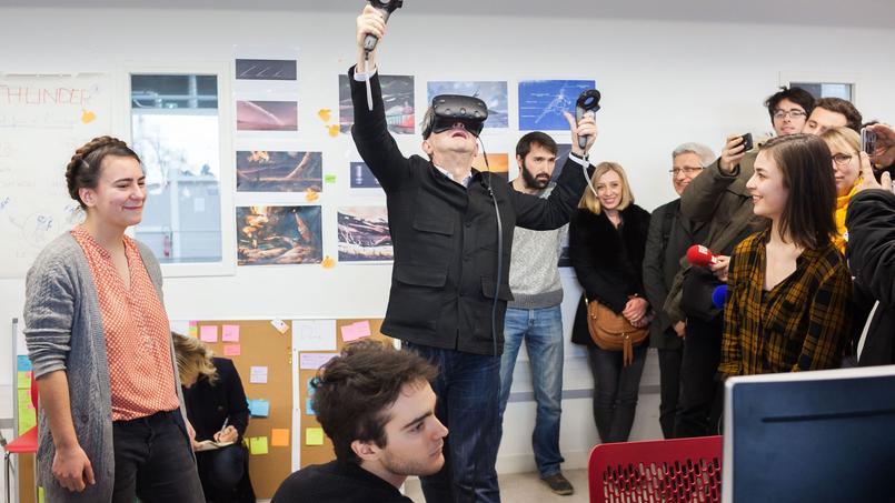 Jean-Luc Mélenchon teste la réalité virtuelle à l'ENJMIN