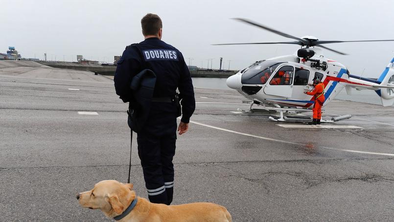 Hélitreuillage d'un douanier maître-chien de la brigade cynophile et de son labrador dressé pour les stupéfiants dans le cadre de la surveillance du trafic maritime du Rail d'Ouessant et de la Manche par un hélicoptère EC 13.