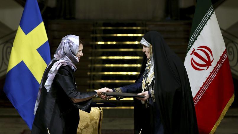 La ministre des Affaires étrangères suédoise Anna Linde et la vice-présidente des Affaires familiales iranienne Shahindokht Molaverdi se serrant la main à Téhéran samedi.