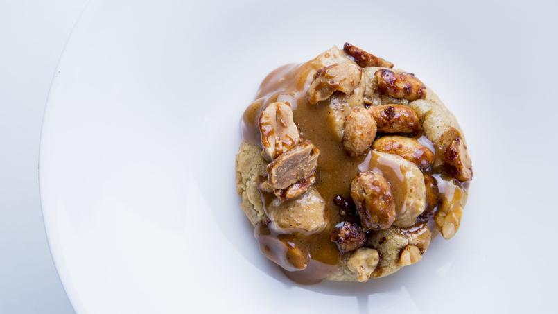 La cookie cacahuète & caramel fleur de sel de Cédric Grolet, chef pâtissier du Meurice (Paris Ier).