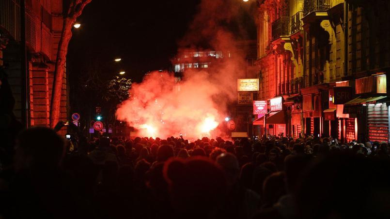 Sous le métro aérien les manifestants quadrillés par les forces de l'ordre ont allumé quelques fumigènes