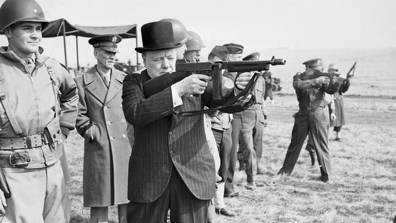 Winston Churchill essaye un fusil Thompson sous les yeux du général Eisenhower.