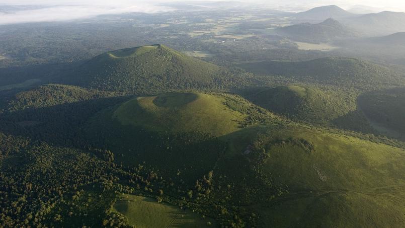 La Chaîne des Puys s'étend sur 32 km près de Clermond-Ferrand et comprend 80 volcans.