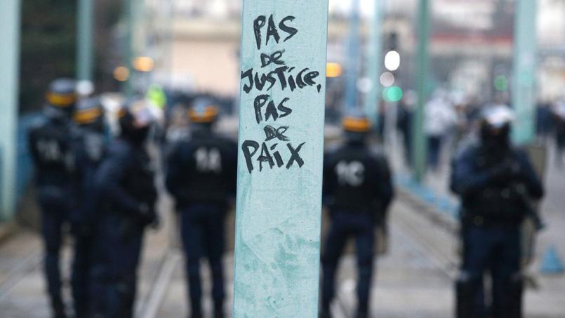 Des membres des forces anti-émeutes dans les rues de Bobigny pendant une manifestation de soutien à Théo, jeudi.