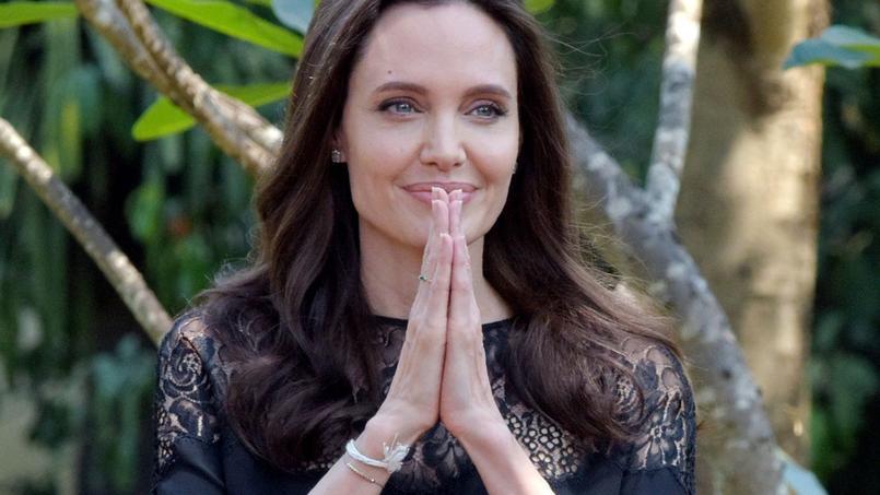 Angelina Jolie salue les médias cambodgiens lors d'une conférence de presse, ce samedi 18 février.