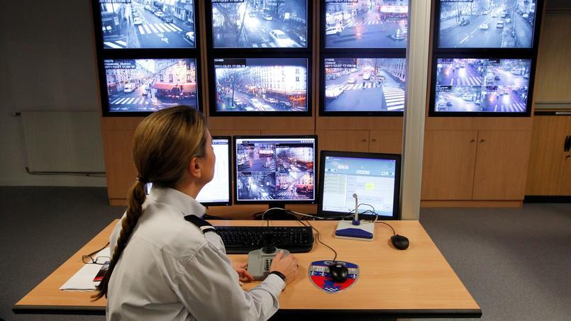 Dispositif de vidéoprotection (ou vidéosurveillance) dans le commissariat de police du XXème arrondissement de Paris.