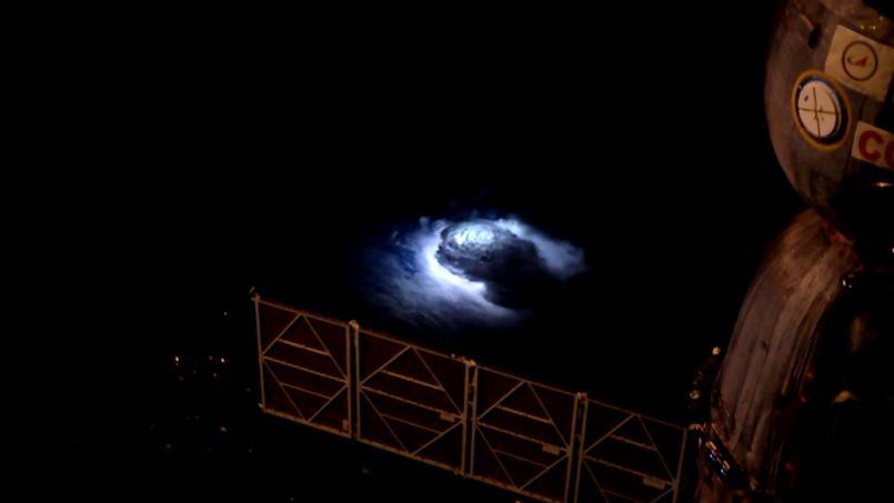 Des jets bleus capturés depuis la station spatiale internationale en 2015. Crédits: ESA/NASA