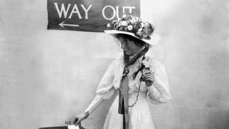 Melle Christabel Pankhurst, une suffragette, déposant son bulletin de vote dans l'urne avant 1910.