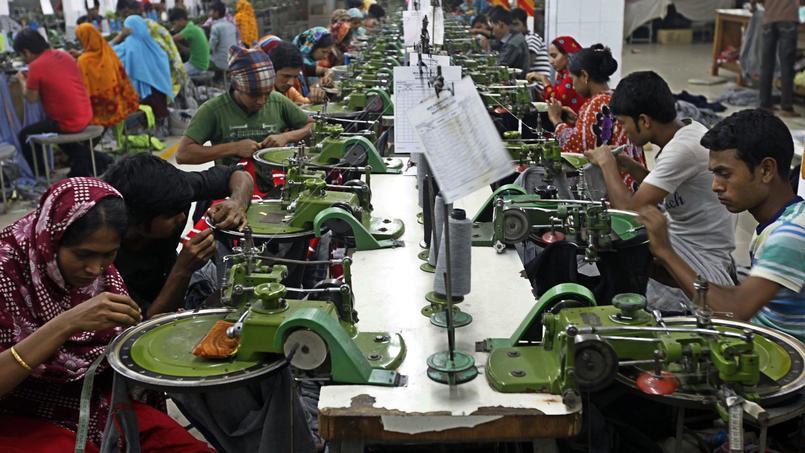 Des ouvriers au travail dans une usine textile près de Dhaka, au Bangladesh.