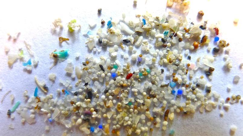 On considère qu'environ 1,5 million de tonnes de microplastiques (entre un minimum de 0,8 million et un maximum de 2,5 millions de tonnes) sous forme de matière première est déversé chaque année dans les océans.